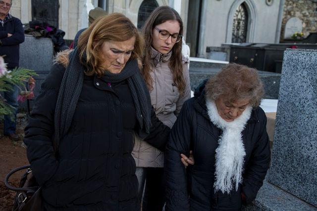 TRE GENERASJONER: Cristinas mor, Cristina og bestemor Milagro under utgravningen i november i fjor.