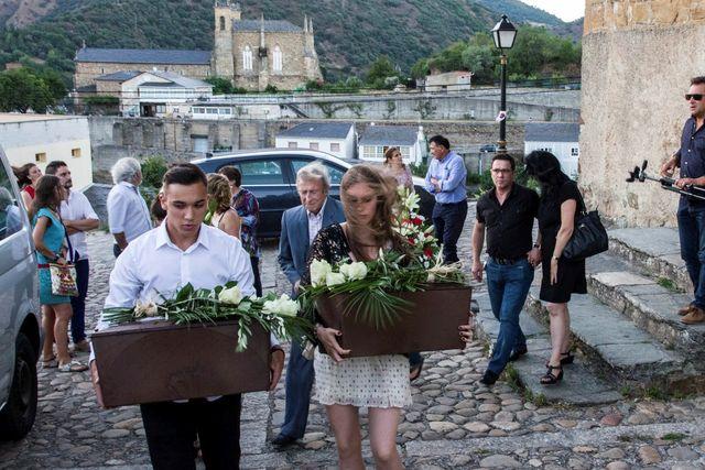 til hvile: Cristina var selv med å bære de to kistene fra kirken til sitt siste hvilested på kirkegården i Villafranca del Bierzo i august i år.