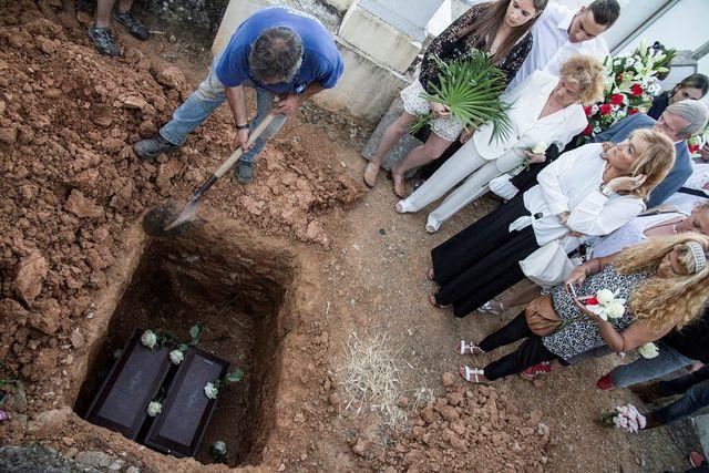 Endelig: er kistene med levningene etter de to slektningene kommet på et kjent hvilested. Familien har fulgt dem til graven.