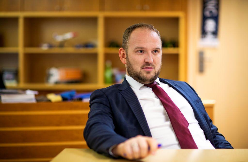 555c6b1b VURDERER: Samferdselsminister Jon Georg Dale (Frp) sier det kan bli aktuelt  å utsette