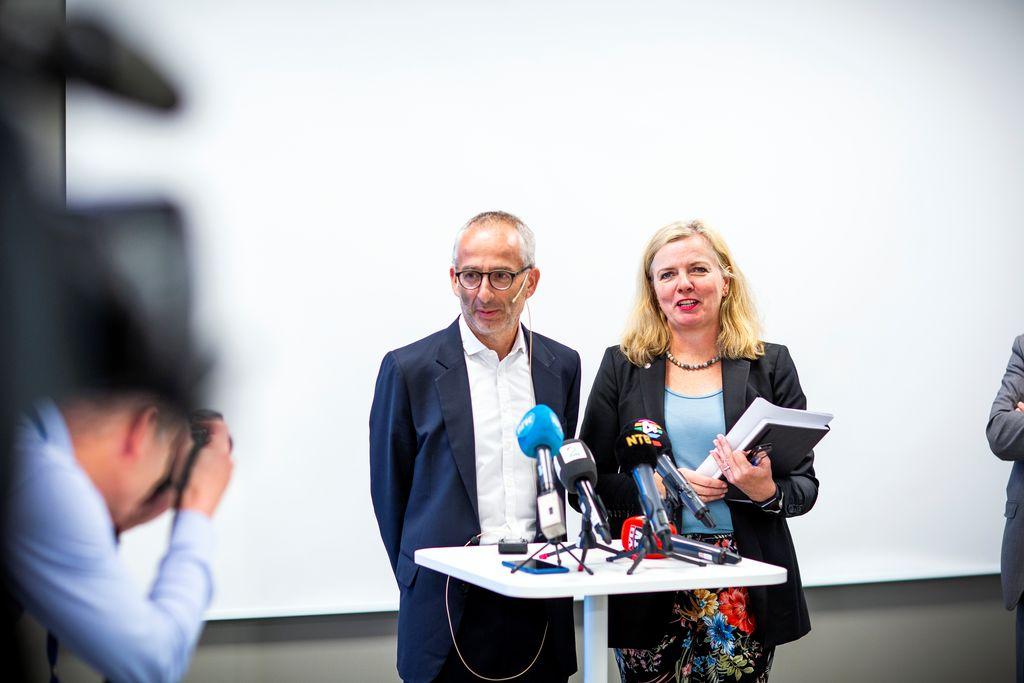 Jernbanedirektør Kirsti Slotsvik og Thomas Silbersky, leder for den internasjonale virksomheten i SJ svarer på spørsmål etter at det ble kunngjort at SJ vant anbudet om jenbanepakke 2.